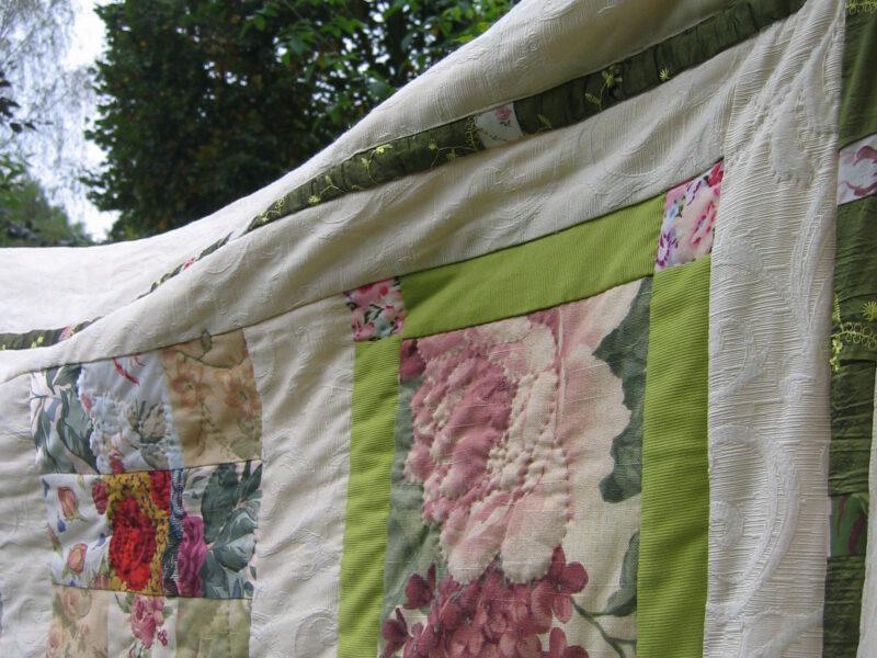 Detail Rosen Tagesdecke Patchwork mit alten Stoffen