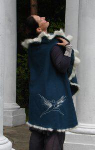 Seelenweste Kreisweste Rundweste Bindeweste Wickelweste Walkweste blau Walkstoff Engel Detail sticken umstrickt Mohairwolle embellishen (2)