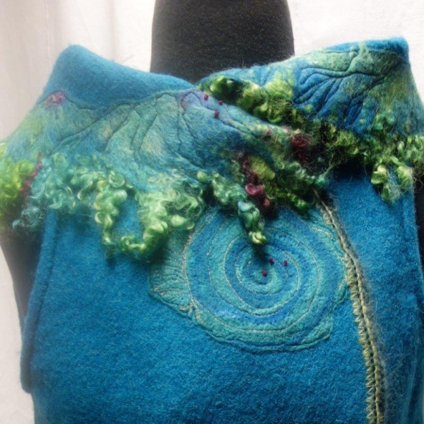 Seelenweste Walkweste Kreisweste Rundweste Wickelweste Blau filzen embellishen sticken gequiltet Merinowolle Kragen