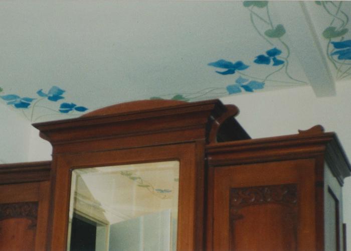Jugendstil Deckenfries Altbauwohnung Berlin Schablone und Malerei auf putz Wandgestaltung