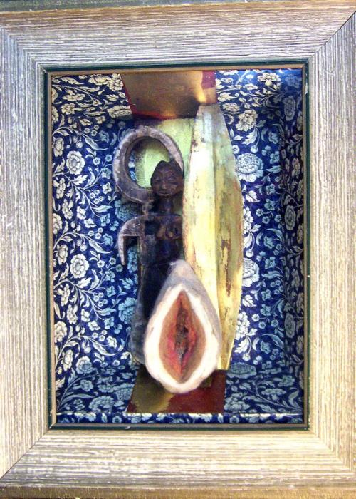 Vor-Ahnung. Assemblage Objekt Gedankensetzkasten Schublade Filzobjekt Blattgold afrikanische Figuren