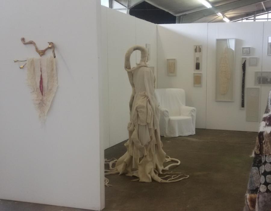 Textile Kunst Rauminstallation Erinnerungsarbeit Großmutersessel Claudia Arndt Wurzelfrau Textilobjekt Ausstellung Frauenzimmer Siegburg